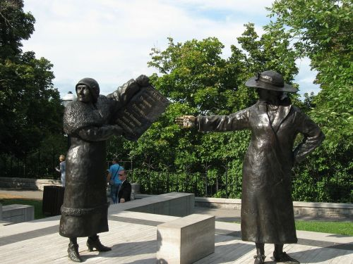 statues women monument