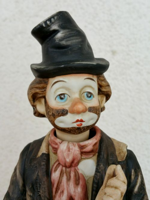 statuette vagabond hat