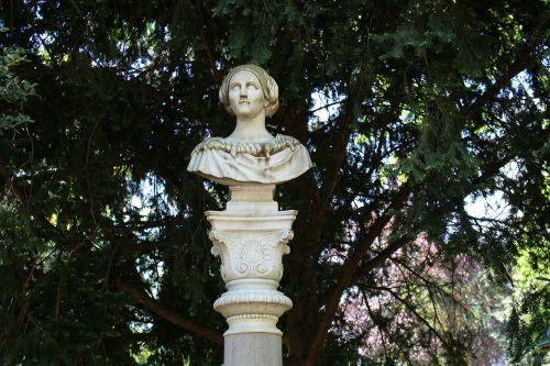 stephanie bust düsseldorf courtyard garden