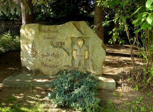 akmuo,memorialinis akmuo,nedarbas,leubsdorf,rūdos kalnai,bedarbiai,ekonominė krizė,liaudies,menas,paminklas,parkas
