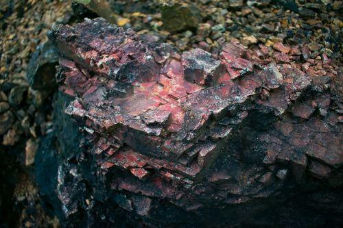 akmuo,rūdos,raudoni akmenys,juodas akmuo,raudoni ir juodi akmenys,kuriame yra akmens mineralų,daugiakampiai akmenys,netaisyklingos formos akmuo
