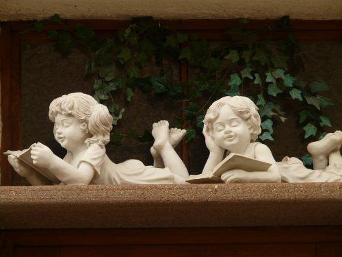 akmens figūra,mergaitė,berniukas,Broliai ir seserys,akmens masažuoklis,balta,gipso,figūra,kreidos figūra,knyga,skaityti,veidai,atsipalaiduoti,hobis,poilsis