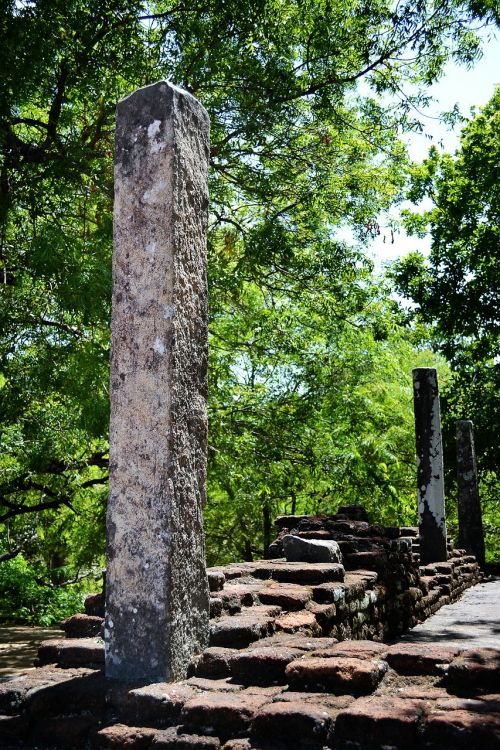 stone pillar polonnaruwa ancient ruins