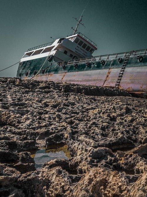 stranded  general average  ship leak