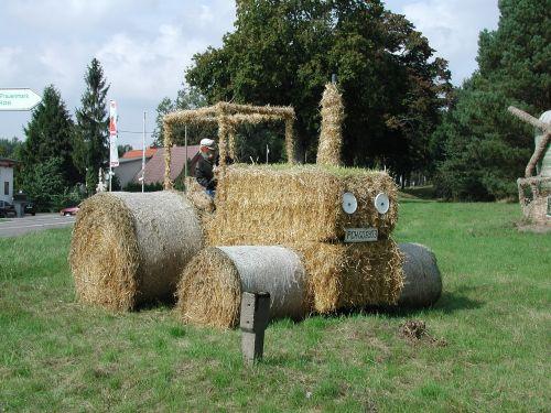 šiaudai,nuotaika,Žemdirbystė,kiškis,kaimas,šiaudai,traktorius,derliaus metas