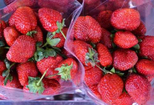 strawberries punnet red
