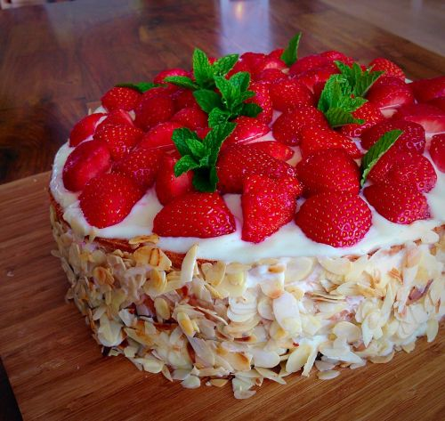 strawberry cake bakery