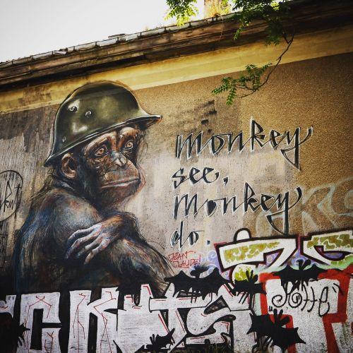 gatvės menas,urbanart,purkšti,gatvė,menas,fasadas,Berlynas,beždžionė,kareivis,grafiti,modernus menas