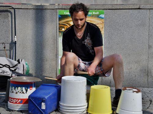 gatvės menininkas,kaušai,plastikiniai kaušeliai,mušti,būgnininkas