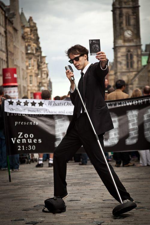 street performers edinburgh fringe singer