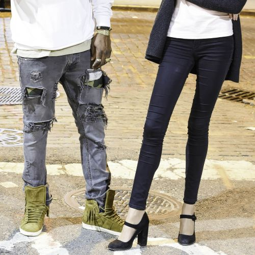 gatvių apranga,suplėšyti džinsai,apranga,sportiniai bateliai,gyvenimo būdas,džinsai,hipster,mada,džinsas,drabužiai,stilius,apranga,modelis