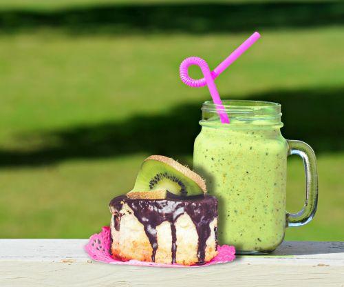 tortas, cupcake, kepimo, šokoladas & nbsp, pyragas, kivi, vaisiai, vaisių kokteilio, sultys, gėrimas, gerti, maistas, pusryčiai, pietūs, užkandis, šiaudai, Stick, kokteilis, žalias, vasara, vasaros laikas, stalas, žolė, gamta, saulė, karštas, fonas, vasara
