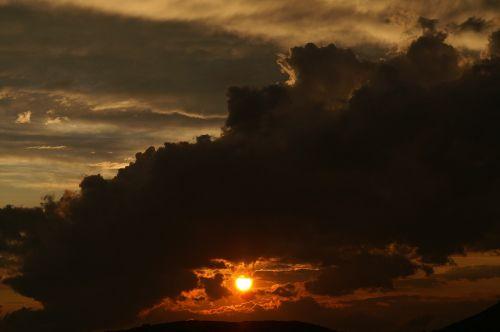 saulė,saulėlydis,oras,juodas debesys