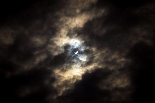 saulė,saulės energija,užtemimas,astronomija,mėnulis,dangus,saulės šviesa,debesis