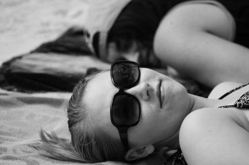 mergaitė,portretas,papludimys,atostogos,jaunas,asmuo,paauglys,akiniai nuo saulės,vasara,juoda ir balta