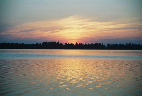 saulėtekis,saulėlydis,ežero horizontas,debesys,oranžinė,aušra,ežeras,horizontas,dangus,vanduo,gamta,kraštovaizdis,saulė,mėlynas,vasara,šviesa,atspindys,spalva,vakaras,rytas,dusk,geltona,vaizdingas,scena,ramus,auksinis,twilight