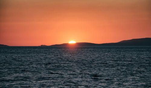 saulėlydis,saulėlydis,gamta,dangus,kraštovaizdis,jūra,vandenynas,kalnai,gamtos kraštovaizdis,vanduo,kelionė,vasara,mėlynas,papludimys,atostogos,jūros dugnas,saulė,grazus krastovaizdis,vasaros kraštovaizdis,horizontas,sala,kranto,banga,vaizdingas,saulės šviesa,turizmas,atogrąžų,scena,dangaus debesys,rojus,atsipalaiduoti