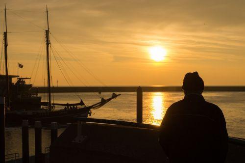 saulėlydis,žiūrėti,vyras,žmonės,geltona,oranžinė,jūra,kranto,saulė,lauke,valtis,burlaivis,vandenynas,gamta,vasara,saulės šviesa