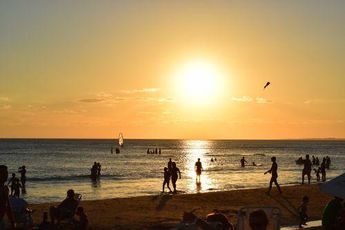 saulėlydis,raudona saulė,žmonės,siluetai,siluetai,jūra,papludimys