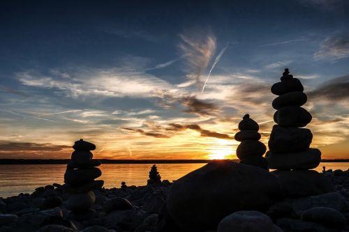 saulėlydis,akmenys,surinkti akmenys,akmens krūva,skaičiai,ežero konstanta,dangus,debesys,abendstimmung,vanduo