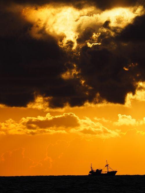 sunset horizon fishing