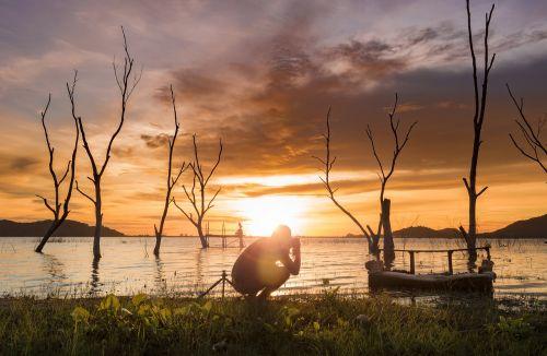 saulėlydis,twilight,dangus,kelionė,gamta,vasara,kraštovaizdis,saulė,vanduo,lauke,šviesa,mėlynas,debesis,atostogos,scena,vyras,vienas,mirę medžiai,medžiai,šešėlis