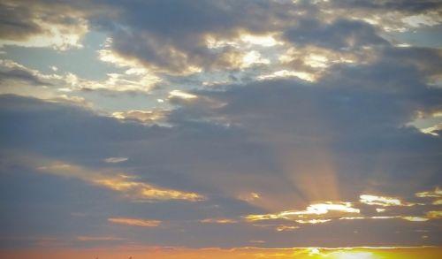 saulėlydis,saulėlydžiai,dangus,geltonas dangus,vakarinis dangus,debesys,šviesos spindulys