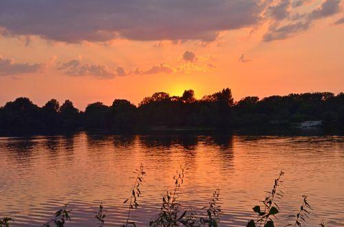 saulėlydis upėje,debesys,vanduo,tyla,gamta,vakaras,raudonas saulėlydis