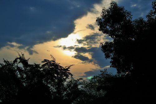 dangus, saulėlydis, debesys, švytėjimas, medžiai, saulėlydžio scenos su medžio siluetu