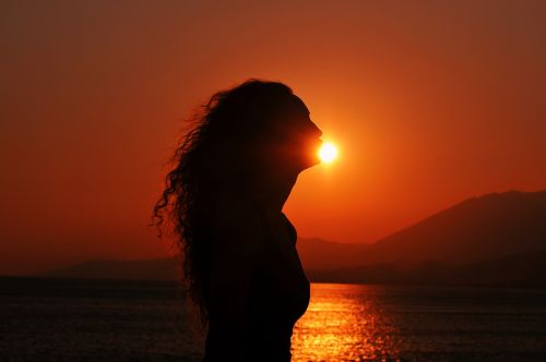 sunset silhouette kissing the sun curly girl