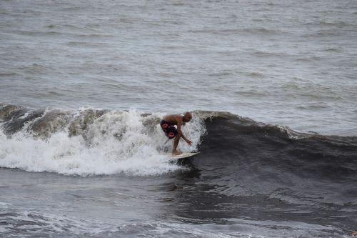 surfing onda sea