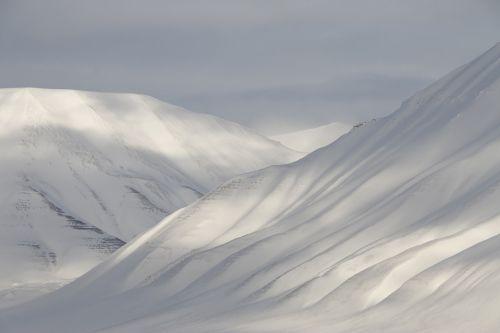 svalbard snow mountains