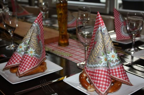 table decorations red white checkered napkins