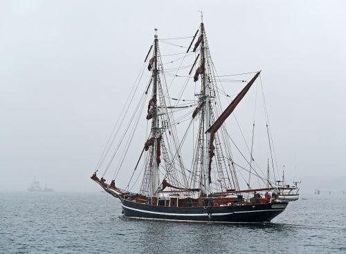 tall ship fog travel zweimaster