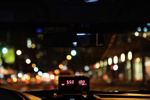 taksi,taksometras,Taksi,Taksi,skaitiklis,skaitmeninis,numeriai,skaičiavimas,gabenimas,kaina,šviesus,mokesčiai,naktis,vairuoti,žibintai,metras,vairuoja,tamsi,kelias,priekinis stiklas