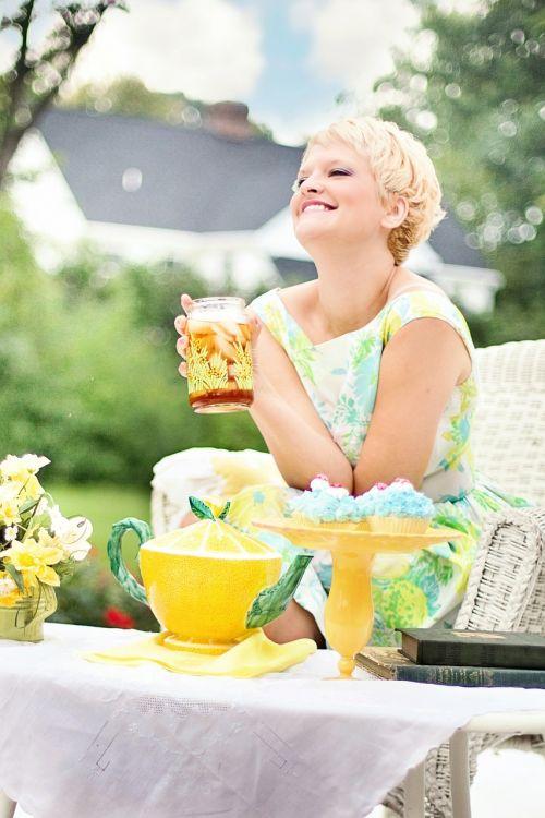 arbata,vasara,gana jauna moteris,vintage,arbata,juokiasi