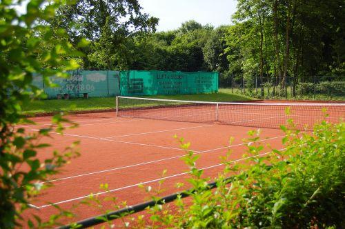 teniso aikštelė,tenisas,rotorinis smėlis,žalia augalai,saulė,tuščia