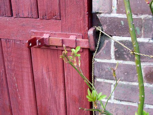 the door bar closed