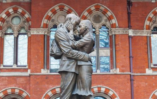 the meeting place st pancras kissing