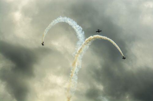 the plane perform trick air show