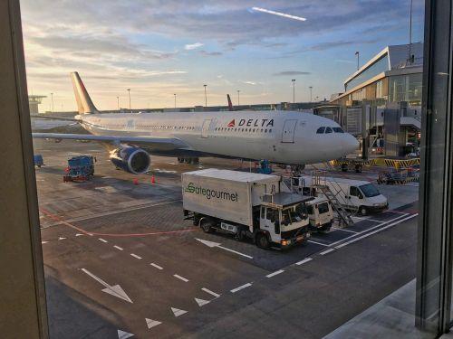 the plane delta amsterdam