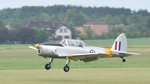 the plane  landing  air show