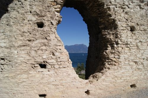 the ruins of the lake sirmione