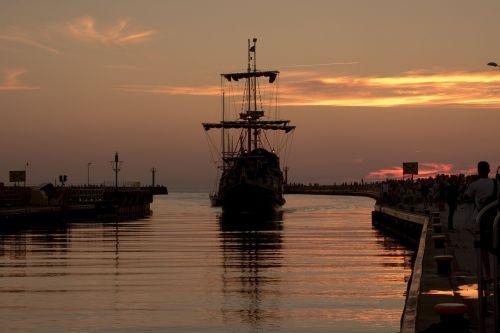 the ship port ship
