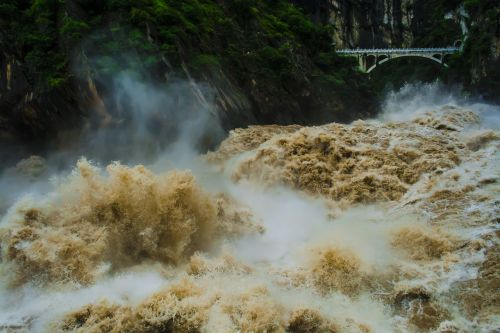 the yangtze river tiger leaping gorge gallop