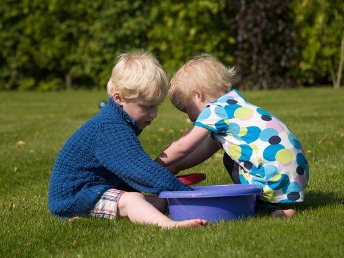 kartu,žaisti,žaidimas,gamta,vanduo,žaislai,brolis,sesuo,šeima,kempingas,šventė,poilsis,malonus,pramogos,linksma,Laisvalaikis,dėmesio,žaidimo laukai,žaisti kartu,žmonės,akiniai