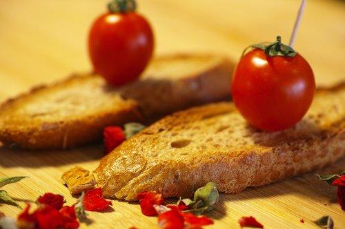 tomato  red  bread