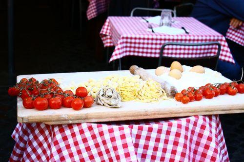 pomidorai,makaronai,italy,maistas,valgyti,virtuvė,makaronai,tipiškas patiekalas,pietūs,gastronomija,kiaušinių makaronai