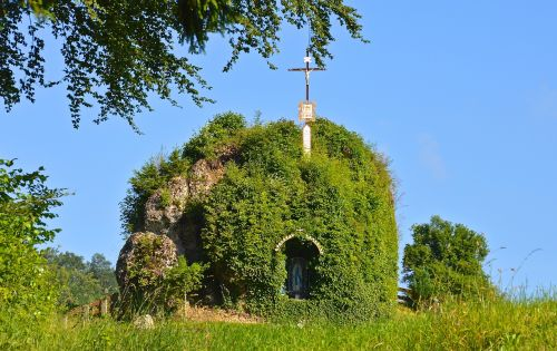 tomb,monument,dome,landmark,memorial,jesus,commemorate,grave,cross,nature,leaves,overgrown,victims