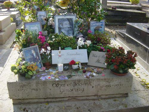 serge gainsbourg kapas,montarnos kapinės,paris,france,tikrasis vardas lucian ginsburg,dainininkas-dainų autorius,scenarijaus autorius,direktorius,aktorius,philips etiketės,gimimo-mirties metai 1928-1991,mirtis,62 metai,kapo akmuo,kapas,gėlės,nuotraukos,atmintyje
